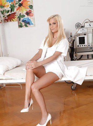 Hot blonde Candee Licious undressing a teasing manner in hospital room