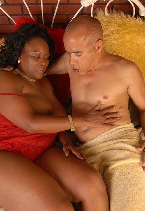 Mature BBBW Yvette and a man lick her long nipples together