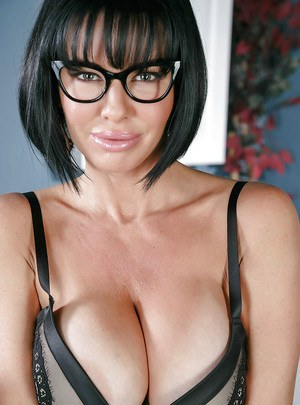 MILF Veronica Avluv parting labia lips in fishnet stockings and heels