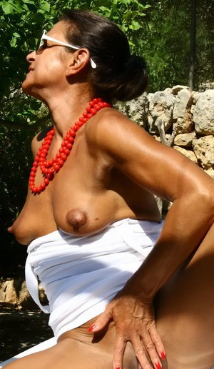 Aged UK dame Lady Sarah playing with small boobs outdoors in sunglasses