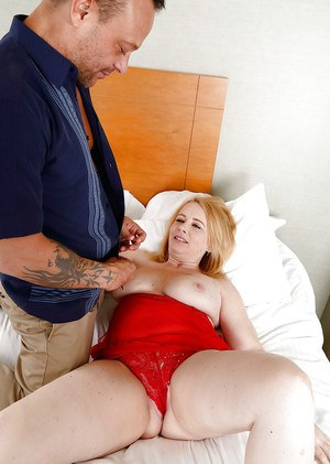 Chunky older chick Brandie Sweet taking external cumshot on bald cunt