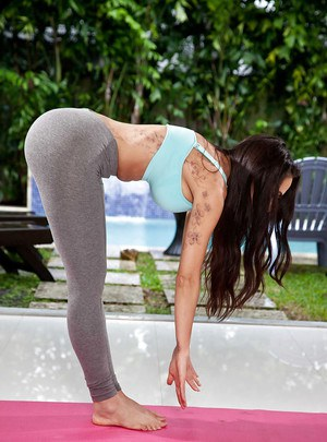 Curvy Latina MILF Lela Star working out outdoors in yoga pants