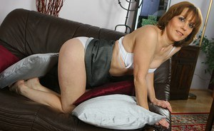 Over 40 mom Mylene spreading her hairy pussy on leather couch