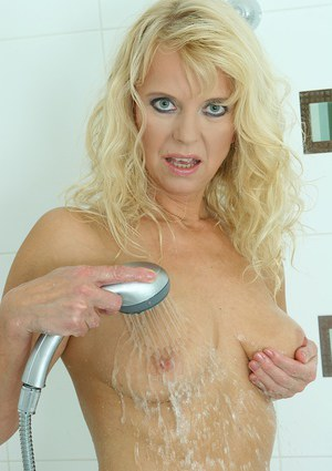 Over 40 blonde lady Marylin using shower head to masturbate mature pussy