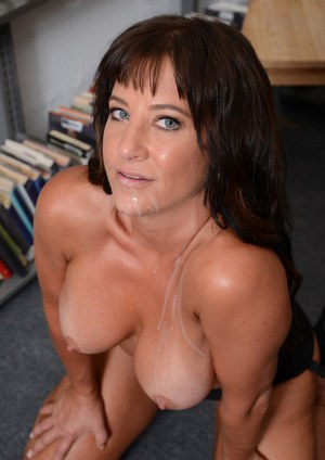 Busty MILF Brandi Fox delivering Gonzo styled blowjob on knees