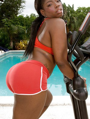 Big booty ebony chick Keyona Kay oiling big ass outdoors by swimming pool