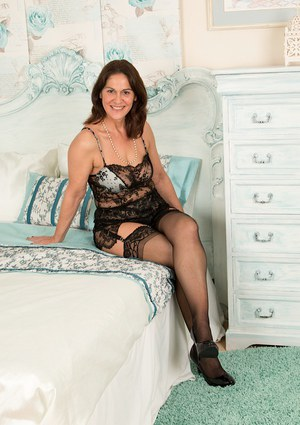 Mature lady Kaysy spreading in nylons and high heels after lingerie removal