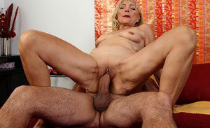 Blonde cougar Janet Lesley baring saggy tits before licking of shaved twat