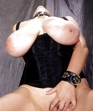 Collared MILF chubby Diane Poppos applies nipple clamps to huge breasts