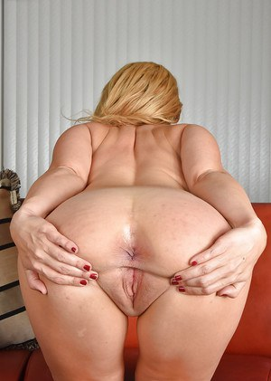 Mature blonde lady Stevie Lix spreading butt cheeks to reveal shaved vagina