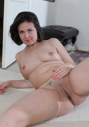 Brunette MILF Penny Prite flashing big butt and shaved pussy