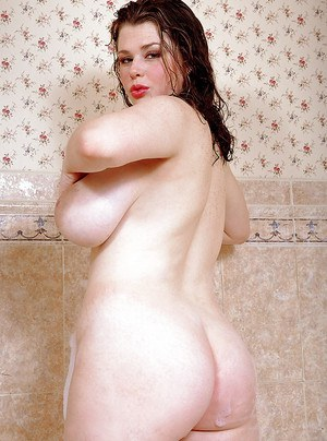 Plump chick unleashes huge pornstar tits and big butt in bathtub