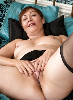Short haired mature broad Kitty Creamer spreading big butt in nylons