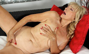 Older blonde babe Janet Lesley unveils saggy tits and shaved cooter