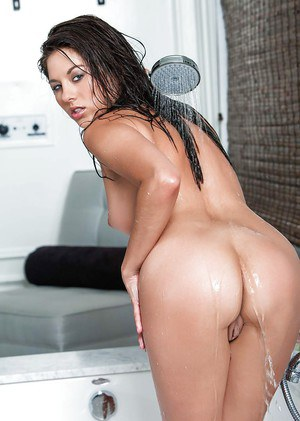 Brunette babe Shyla Jennings wets small pornstar tits in shower