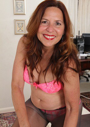 Buxom older lady Bobby Jackson revealing hairy twat after pantyhose removal