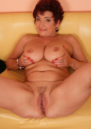 Aged plumper Jesica Hot revealing large all natural mature breasts