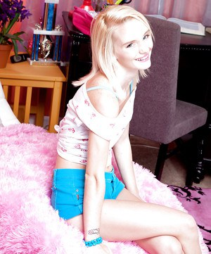 Blonde spinner Sammy Daniels displaying phat teen ass for solo girl spread