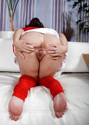 Latina solo girl Sheena Ryder freeing hairy cunt from cheerleader outfit