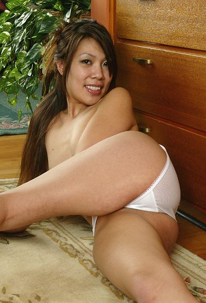 Amateur Asian babe with great legs flashing upskirt underwear