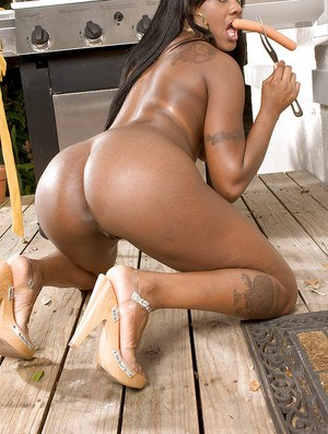 Ebony dime Barbie Banx showing off big MILF booty and tattoos outdoors