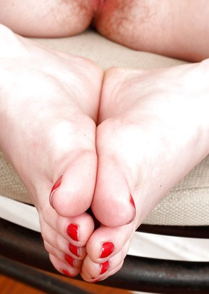 Chubby redhead mom Marie McCray spreading hairy cunt in bare feet