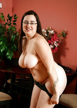 Fat mature woman in dress and glasses unveiling hairy pussy in high heels