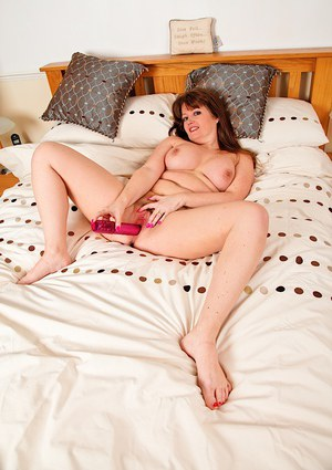Mature Euro fatty Suzzanne Midsummer toying hairy cunt while masturbating