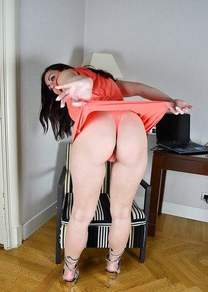 Older sologirl Corazon Del Angel parting hairy pussy wide open