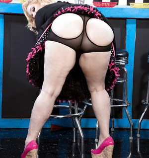 Blonde BBW Samantha 38G stripping at the local diner to pose in the nude