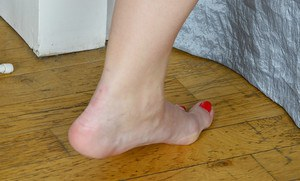 Aged Euro dame Corazon Del Angel sliding mesh nylons over legs and feet