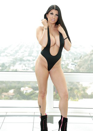Famous American pornstar Romi Rain loosing large tits from swimsuit
