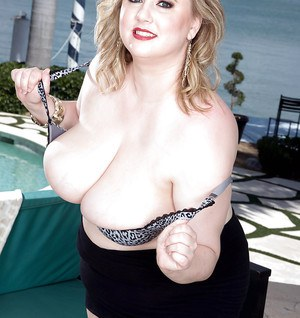 Chunky big tits model Christy Marks stripping naked to pose nude
