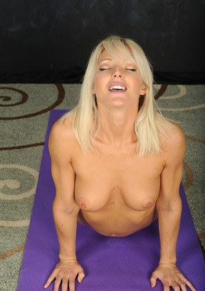 Fit blonde MILF Niki Lee Young posing naked after peeling off yoga pants