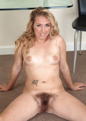 Aged Euro dame Elle Macqueen strips off jeans and boots to expose hairy cunt