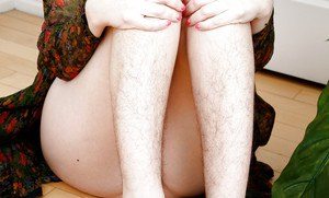 Middle-aged babe with hairy legs and arm pits Simone Delilah spreads twat