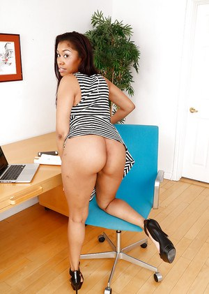 Ebony woman with huge ass Yasmine De Leon spreads her high-heeled legs