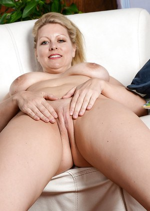 Older solo model Zoey Tyler showing off large saggy boobs and shaved vagina