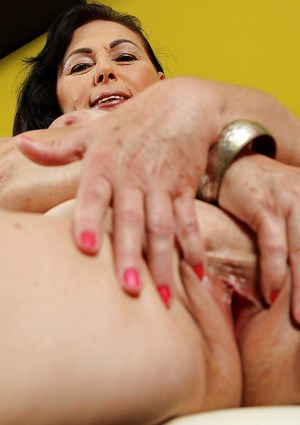 Thick mature dame Kata showing exposed clitoris and boobs after disrobing