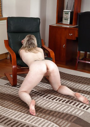Older woman Mel Harper slips out of spandex pants and panties to expose beaver