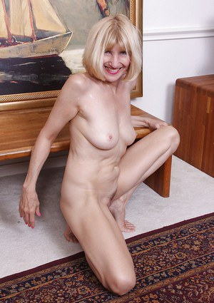 Skinny mature woman Bossy Ryder baring big breasts before stretching cunt open