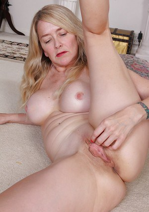 Mature hottie with big juicy tits Eva Griffin has her pussy ready for hardcore