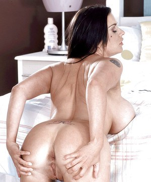 Voluptuous Linsey Dawn McKenzie loves holding the fingers up her tight vagina