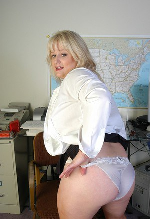 Mature woman with fat forms Lizzy naughty pussy play at work
