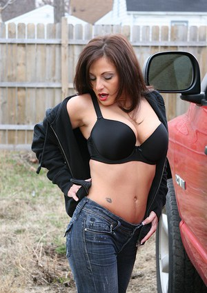 Older woman Lola Lynn undressing inside car to display pink snatch