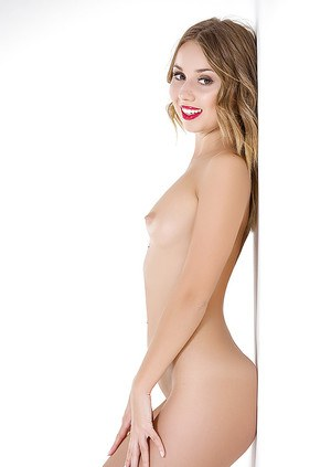 Nude girl Linda appears naked and excited to gently touch the pussy