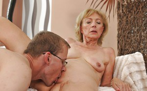 Szuzanne enjoys young cock to bang her mature pussy and crem it well