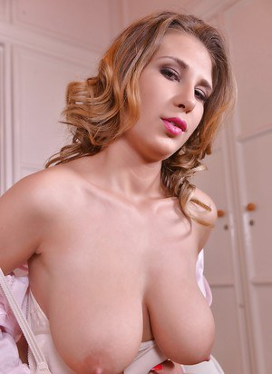 European stunner with big tits Aida Swinger in a mind-blowing solo action