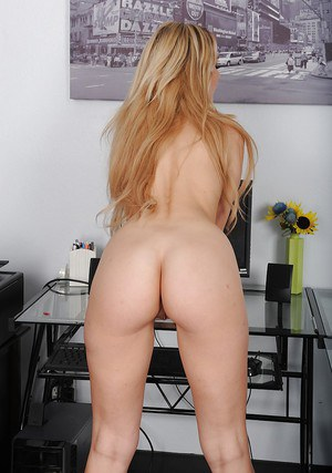 Young blonde amateur Lillian Lawless slipping off jumper and pretties