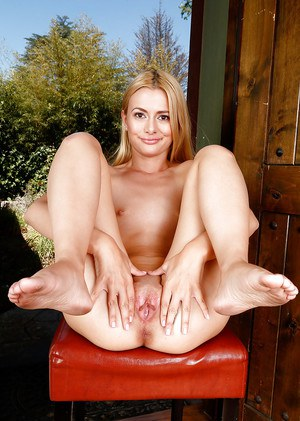 MILF with blonde hair Kennedy Kressler plays a nude show exposing wet pussy